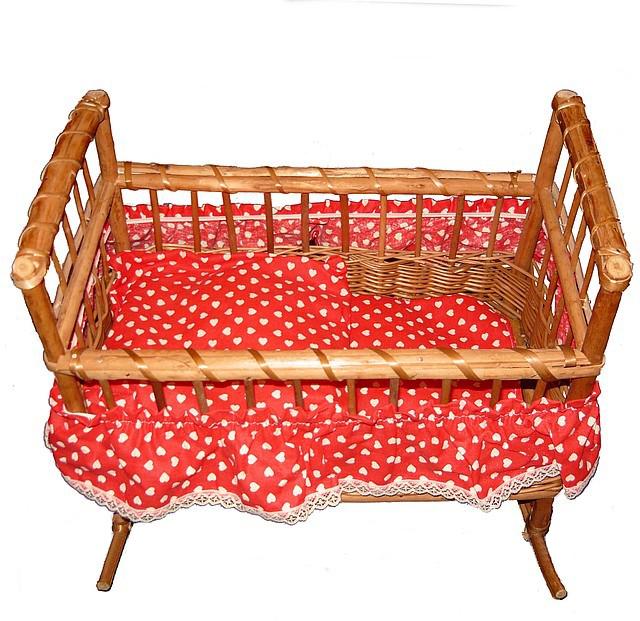 Кровать для куклы из лозы